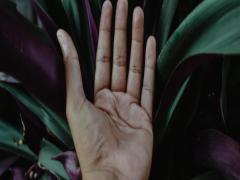 女人越来越富的享福的手型